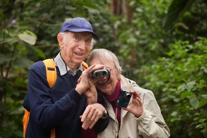Старшие пары с биноклями стоковая фотография rf