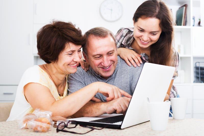 Старшие пары с взрослой дочерью стоковые изображения rf