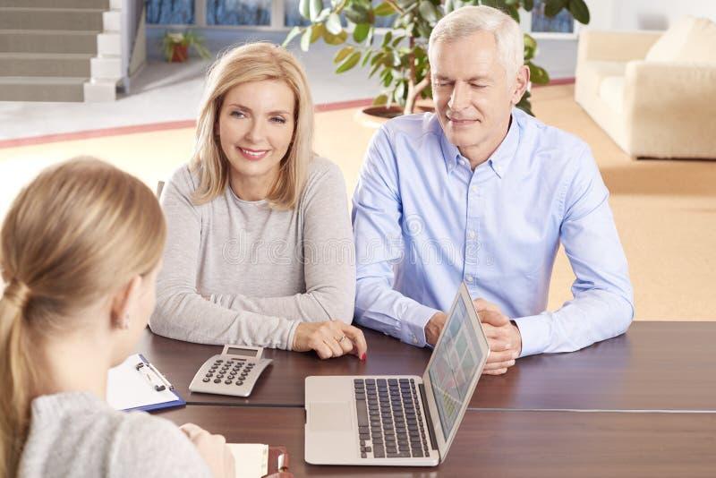 Старшие пары с консультантом по капиталовложениям стоковая фотография rf