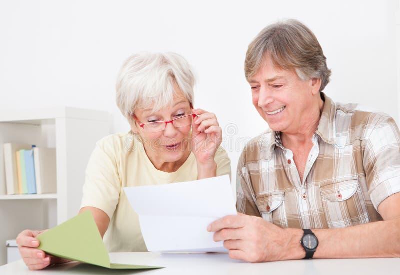 Старшие пары с письмом стоковая фотография