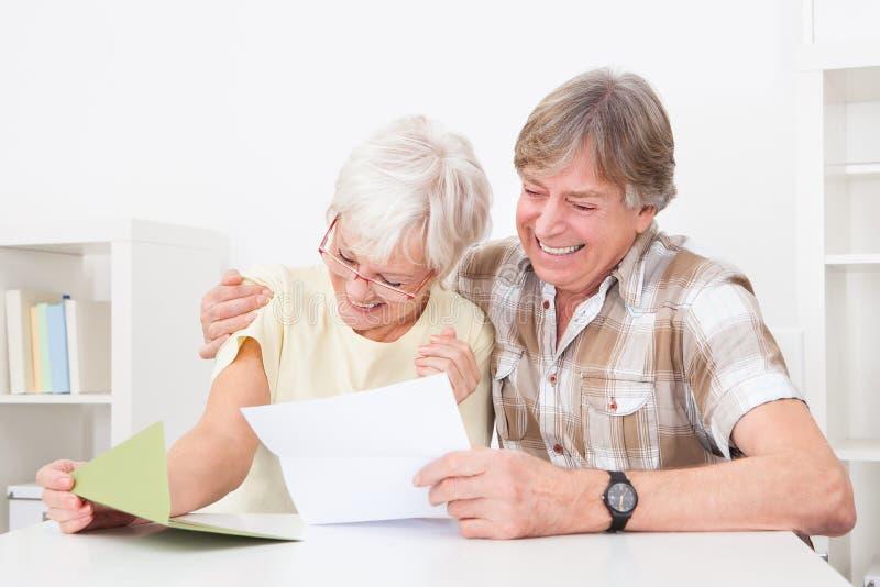 Старшие пары с письмом стоковые фотографии rf