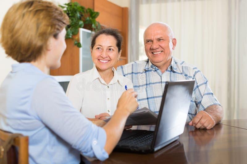Старшие пары с социальным работником дома стоковая фотография rf