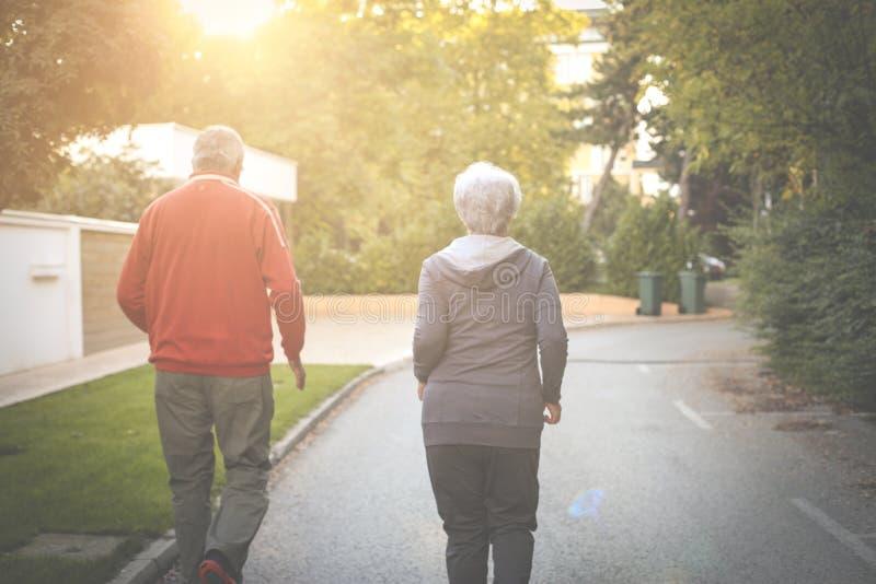 Старшие пары jogging в парке города совместно стоковое фото rf