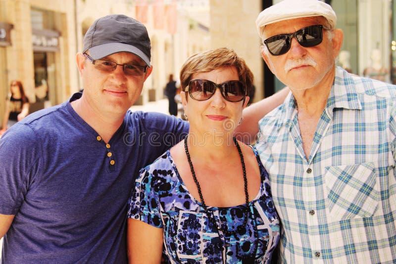 Старшие родители с взрослым сыном стоковые фото