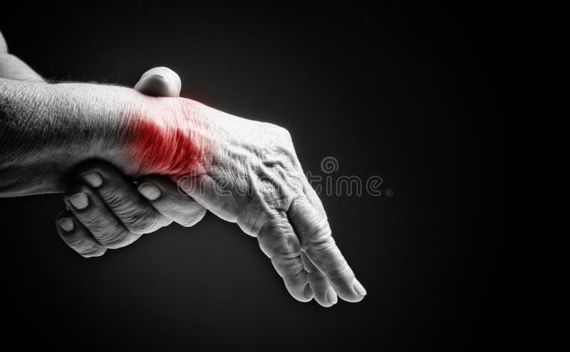 Старшие руки. Страдать от боли и ревматизма стоковое изображение rf