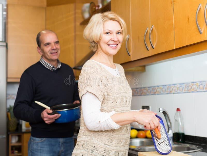 Старшие супруги на современной кухне стоковая фотография rf
