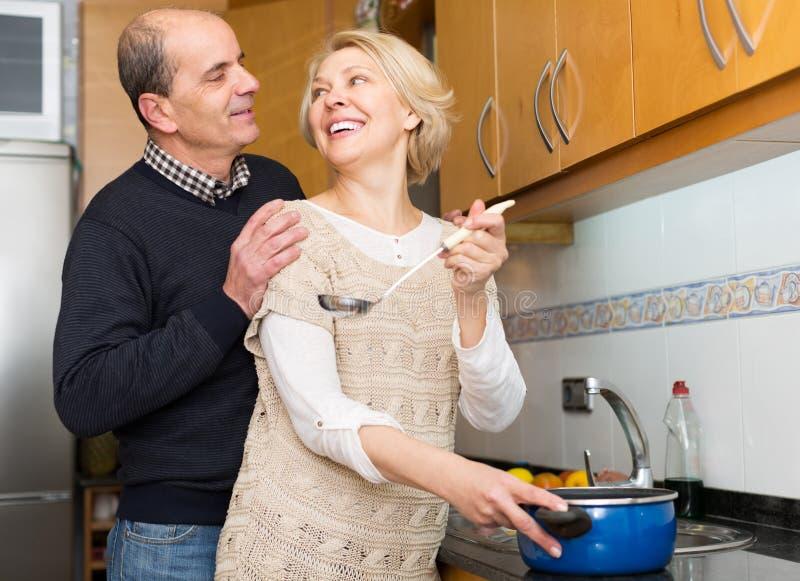 Старшие супруги на современной кухне стоковые изображения