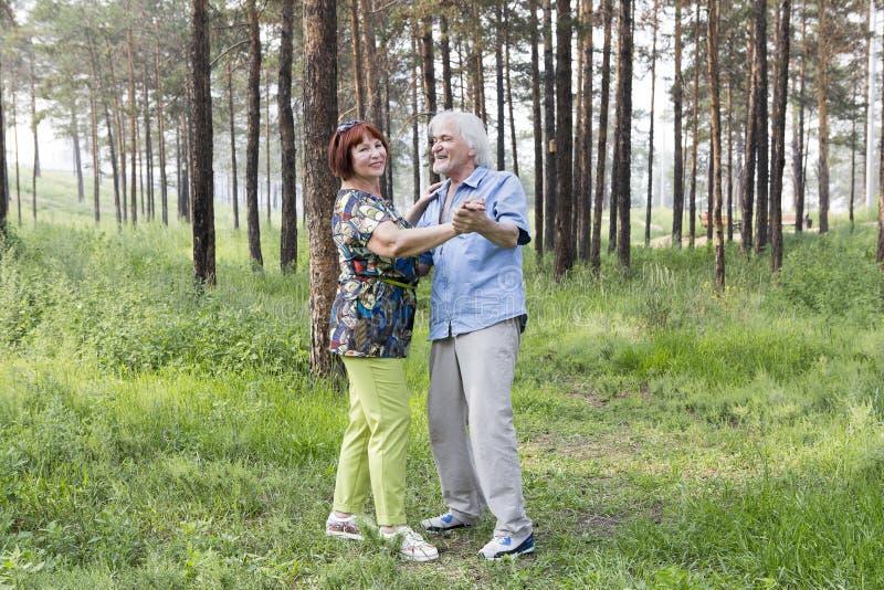 Старшие танцы пар в лесе лета стоковые изображения rf