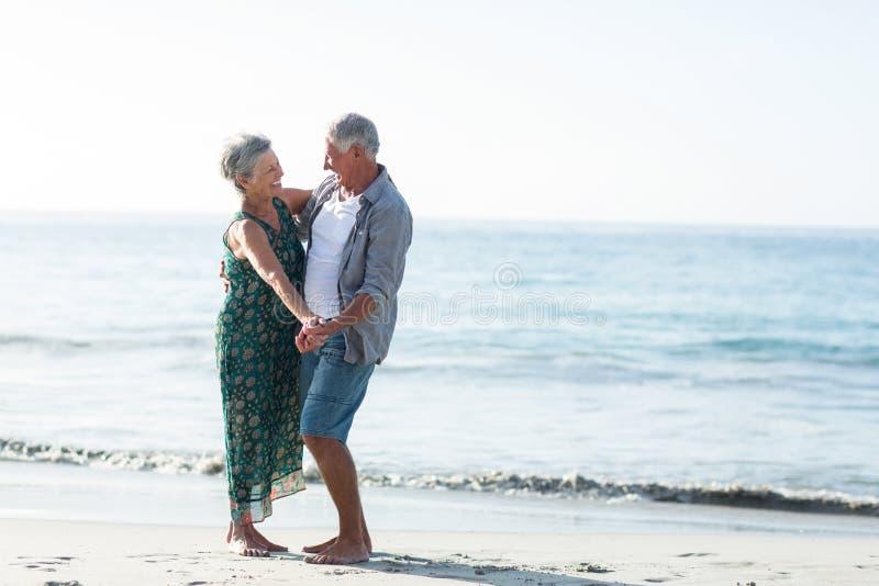 Старшие танцы пар на пляже стоковое фото rf