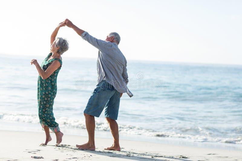 Старшие танцы пар на пляже стоковые фотографии rf