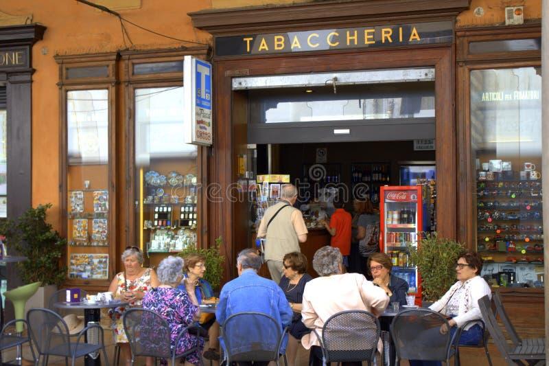 Старшие люди на внешней болонья Италии кафа стоковые фотографии rf