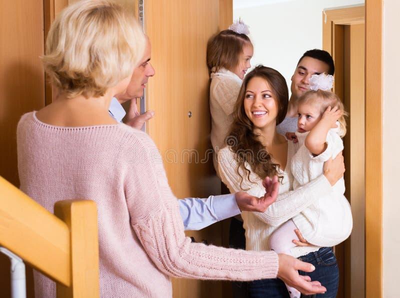 Старшие люди приветствуя дорогих гостей стоковая фотография rf