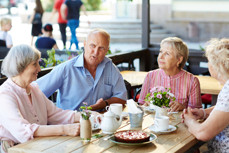 Старшии в кафе стоковое изображение