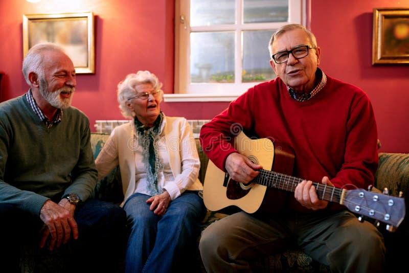 Старшии объясняя как они все еще знают к партии стоковая фотография rf