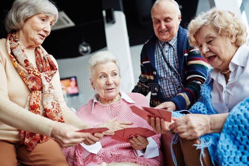 Старшии ослабляя в живущей комнате стоковые фотографии rf