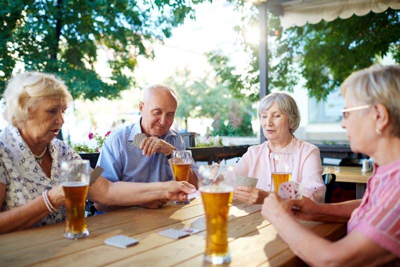 Старшии с стеклами пива стоковые фотографии rf