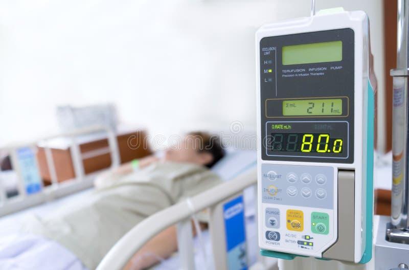 Старший азиатский пациент женщины с насосом вливания обработал в больнице стоковое изображение rf