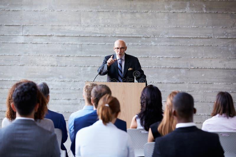 Старший бизнесмен адресуя делегатов на конференции стоковое изображение rf