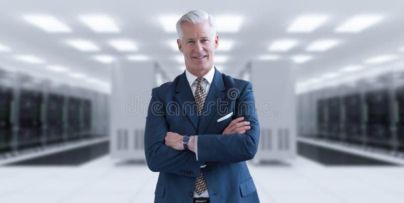 Старший бизнесмен в комнате сервера стоковые изображения rf