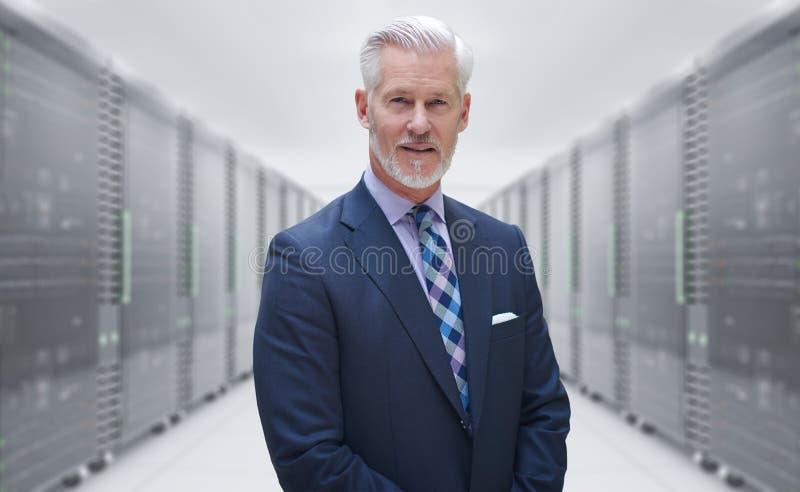 Старший бизнесмен в комнате сервера стоковая фотография rf