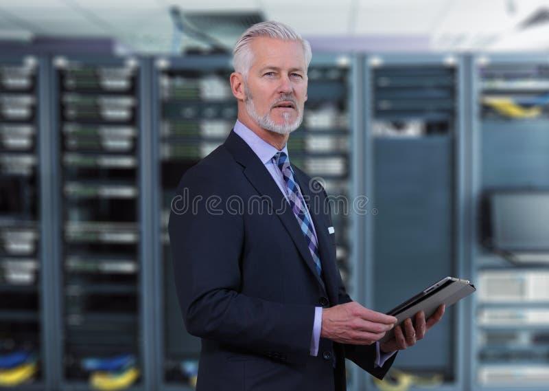 Старший бизнесмен в комнате сетевого сервера стоковое фото rf