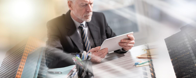 Старший бизнесмен используя цифровой планшет; множественная выдержка стоковые изображения