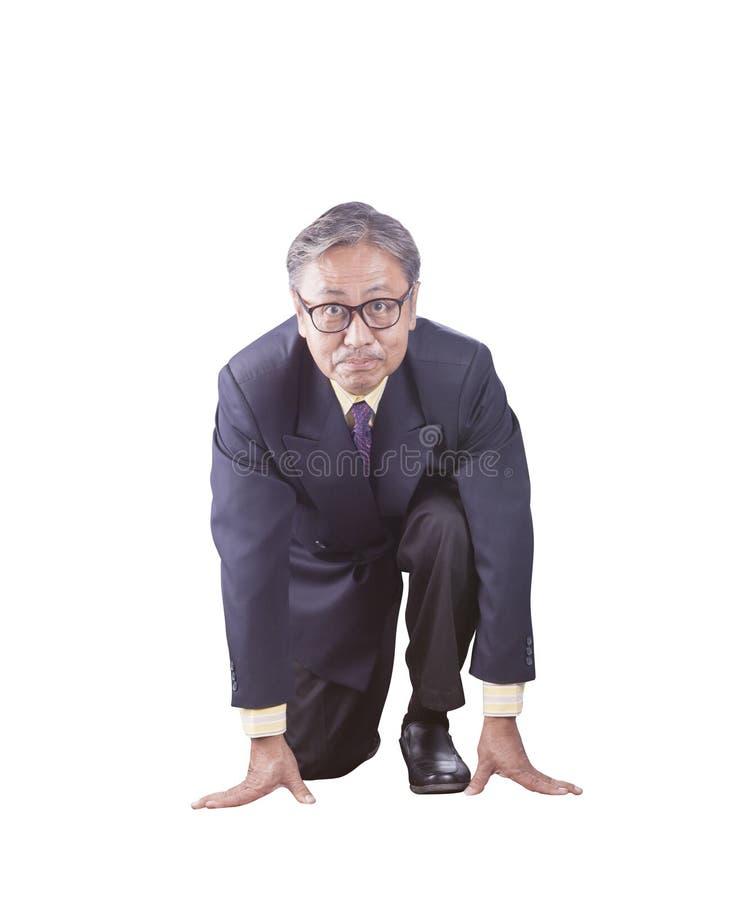 Старший бизнесмен причаливая для старта к идущей конкуренции стоковые фотографии rf