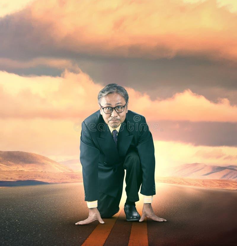 Старший бизнесмен причаливая для старта к идущей конкуренции стоковое изображение rf