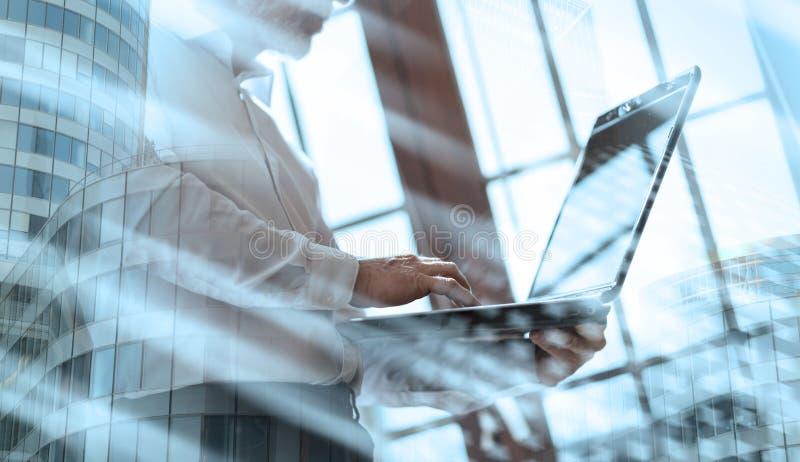 Старший бизнесмен работая на ноутбуке; множественная выдержка стоковая фотография rf