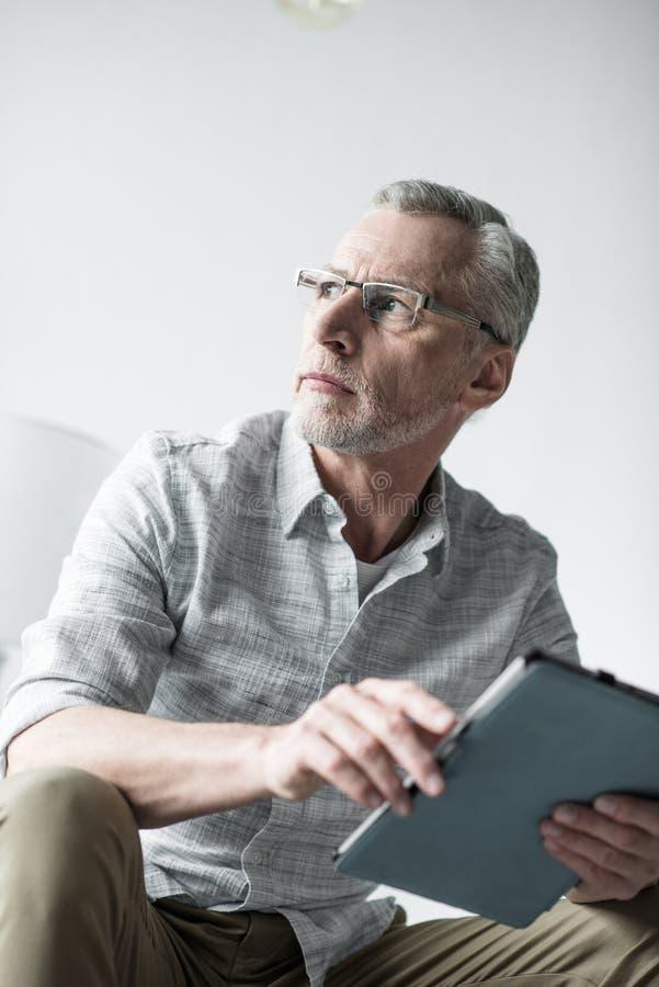Старший бизнесмен работая с планшетом стоковые фото