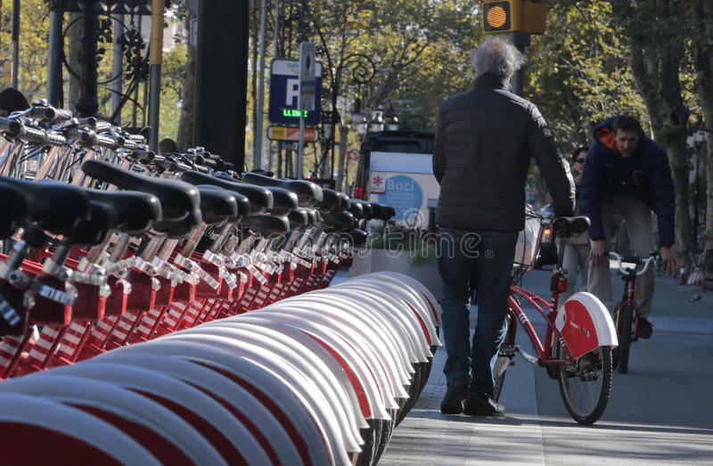 Старший велосипедист выбирая велосипед в Барселоне стоковое фото rf