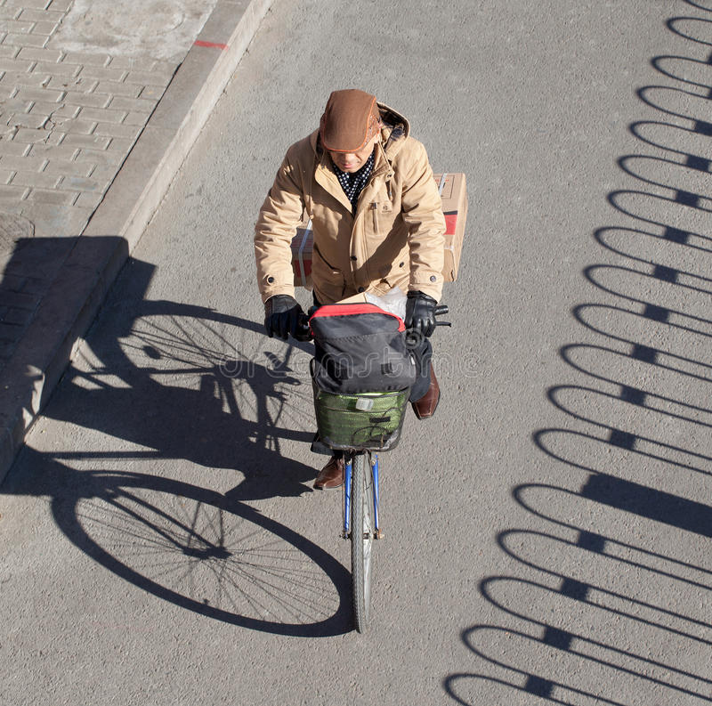 Старший велосипедист на солнечный зимний день, Пекин, Китай стоковое фото