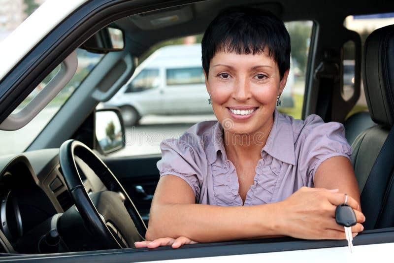 Старший водитель автомобиля женщины держа ключ стоковое изображение rf
