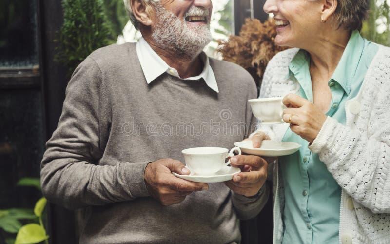 Старший выпивать послеполуденного чая пар ослабляет концепцию стоковые фотографии rf