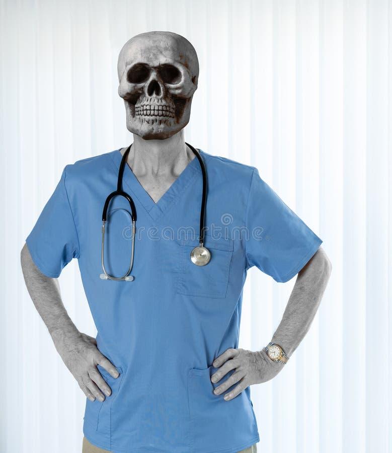 Старший доктор внутри scrubs с черепом стоковые фотографии rf