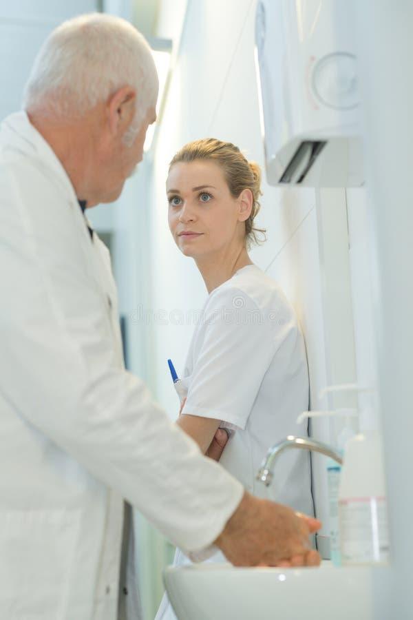 Старший доктор и молодой женский говорить internist стоковое фото rf