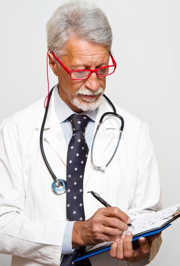 Старший доктор на белой предпосылке стоковые фотографии rf