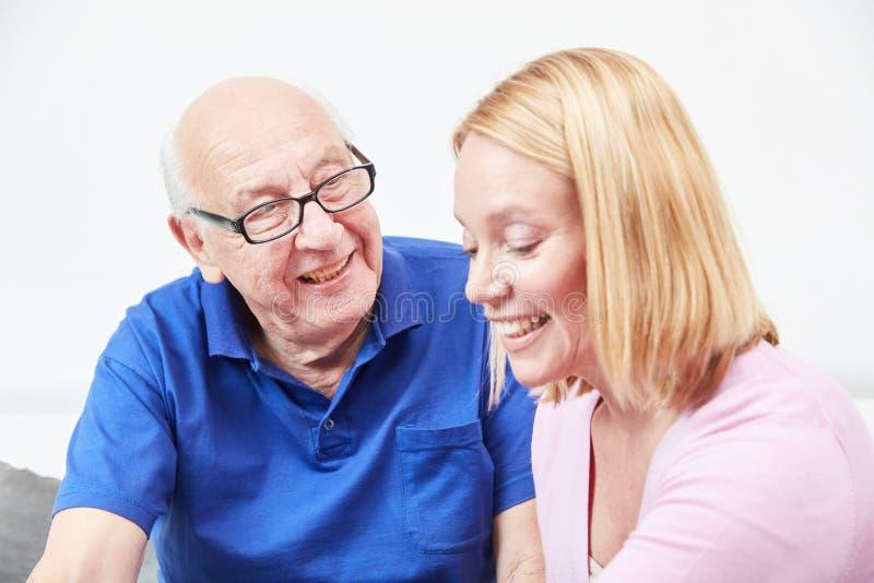 Старший и дочь говоря дома стоковое фото rf
