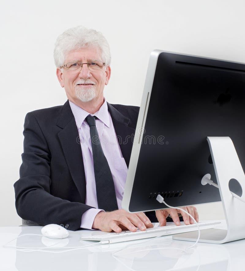 старший компьютера бизнесмена стоковая фотография