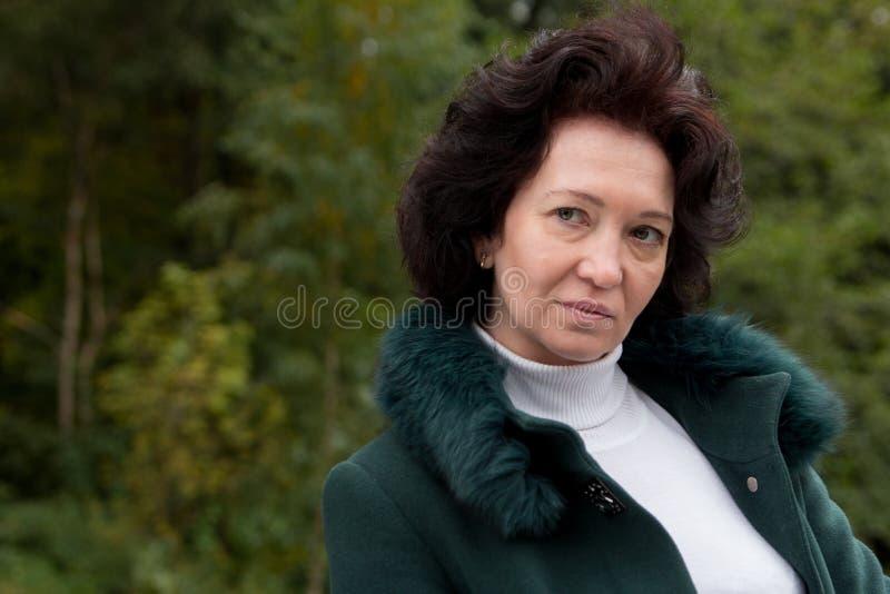 Старший красоты леса осени женщины портрета средний стоковая фотография rf
