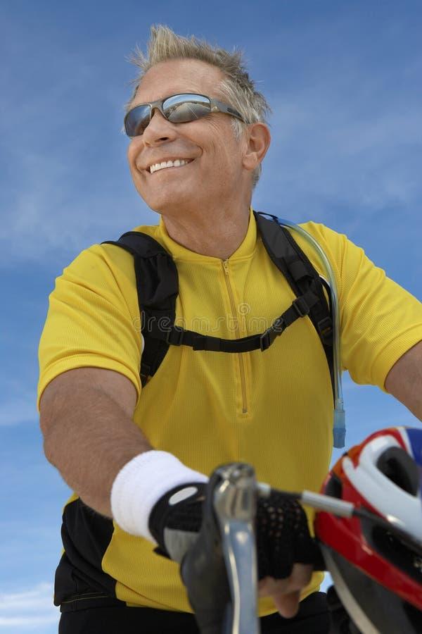 Старший мужской велосипед катания велосипедиста стоковые фотографии rf