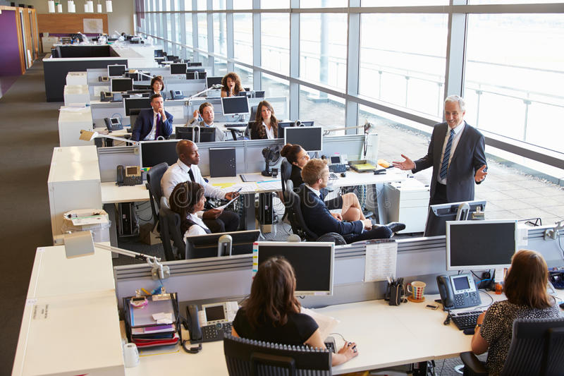 Старший мужской менеджер адресуя работников в открытом офисе плана стоковые фотографии rf