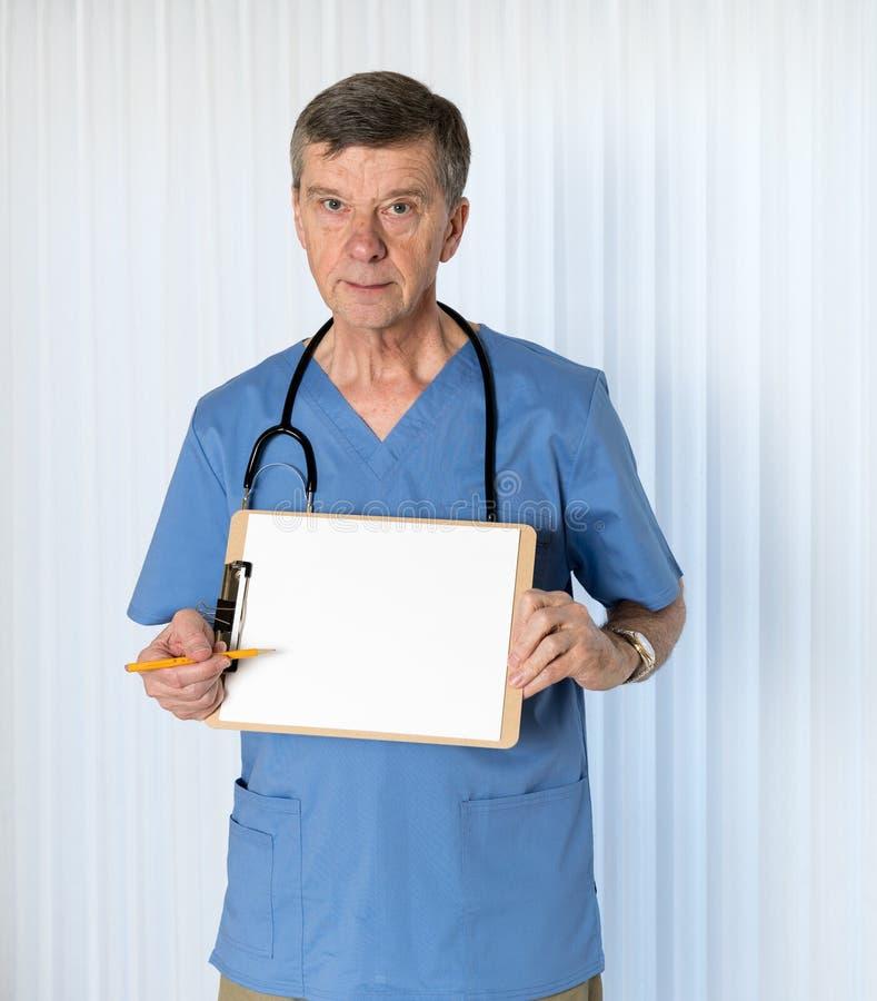 Старший доктор внутри scrubs смотреть на камеру стоковые фотографии rf