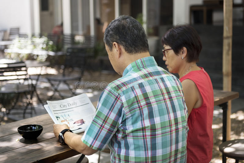 Старший отдых пар вне концепции стоковые фото