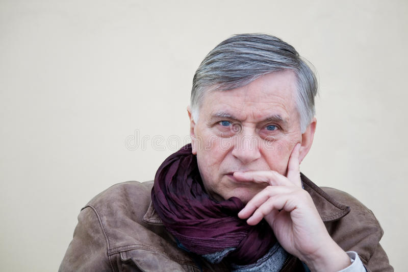 Старший парень с кожаной курткой стоковая фотография