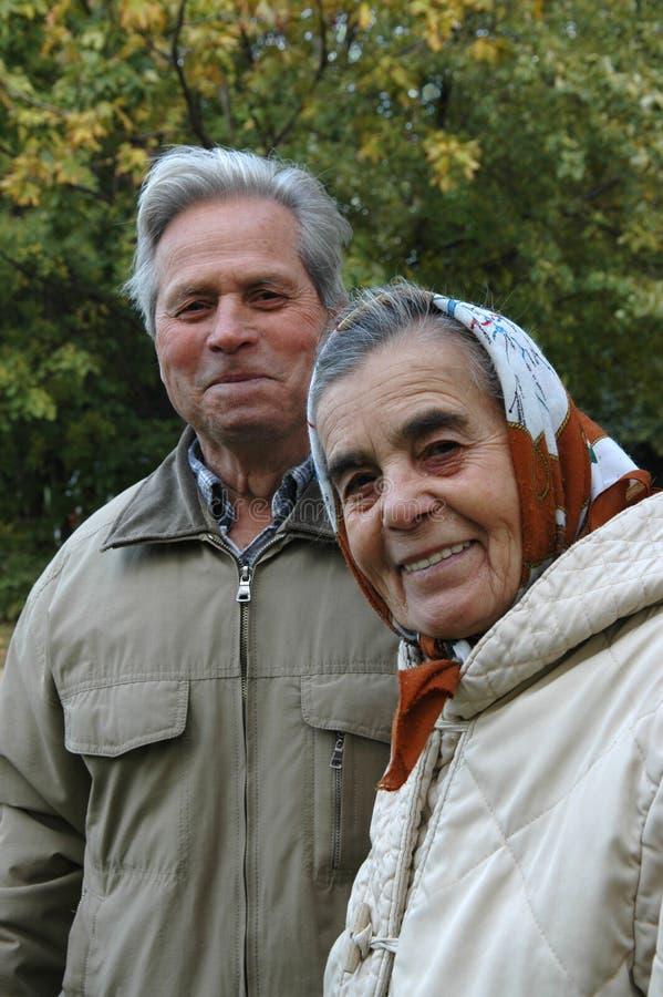 старший парка пар счастливый стоковая фотография
