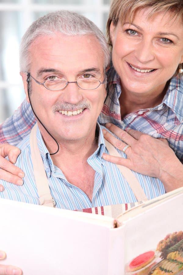 старший пар обнимая стоковые фото