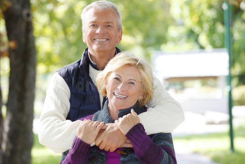 старший пар счастливый стоковые изображения rf