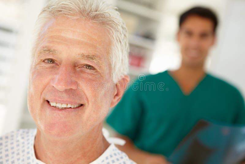 Старший пациент в стационаре стоковая фотография rf