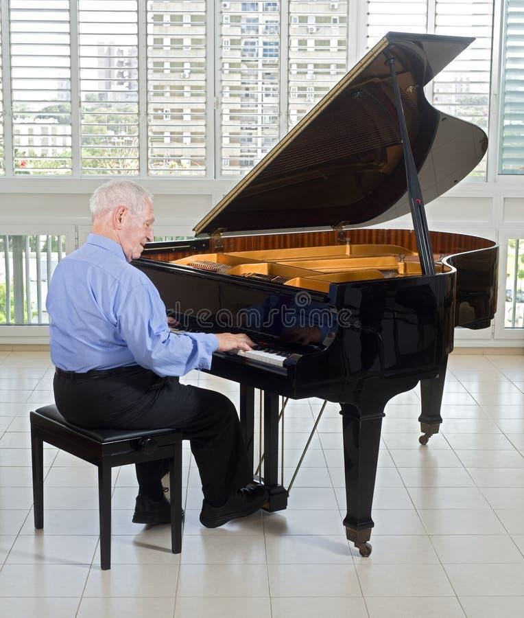 старший пианиста стоковое фото rf